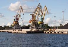 Grúa en Ventspils foto de archivo