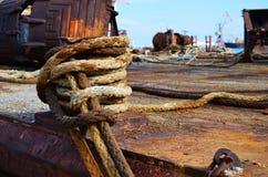 Grúa flotante amarrada al bitt en un muelle en el puerto en Heraklion, Creta - Grecia en un día soleado caliente Foco selectivo e foto de archivo