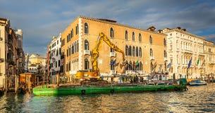 Grúa flotante en el trabajo sobre Grand Canal en Venecia, Italia imágenes de archivo libres de regalías