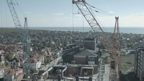 Grúa funciona en el mar para la construcción del hotel metrajes