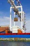 Grúa grande del envase que levanta un envase en el muelle de Swanson en el puerto de Melbourne Foto de archivo libre de regalías
