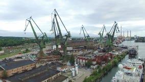 Grúa grande que trabaja en la yarda, Gdansk, Polonia, 07 2016, cantidad AÉREA de la antena de la CANTIDAD almacen de metraje de vídeo