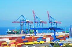 Grúa, nave y envase del cargo del puerto Fotos de archivo