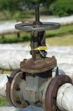 Grúa oxidada del grifo que controla Manija redonda del primer de la válvula del abastecimiento de agua Sistemas de abastecimiento Foto de archivo libre de regalías