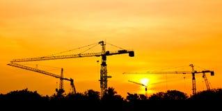 Grúa para la construcción y la puesta del sol Fotos de archivo