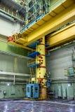 Grúa para las barras de combustible cambiantes dentro del sitio del reactor de la central nuclear fotografía de archivo libre de regalías