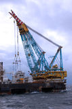 Grúa pesada grande de la elevación en funcionamiento en Mar del Norte. Imagen de archivo