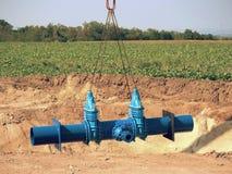 Grúa que maneja el tubo de 500m m con las válvulas de puerta Proceso de la construcción Fotografía de archivo libre de regalías