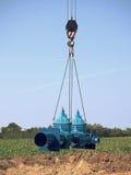 Grúa que maneja el tubo de 500m m con las válvulas de puerta Proceso de la construcción Fotos de archivo