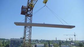 Grúa que trabaja en la construcción en el cielo azul metrajes
