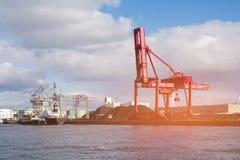 Grúa roja sobre puerto marítimo fotografía de archivo
