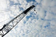 Grúa sobre el cielo azul Foto de archivo
