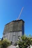 Grúa y edificio alto bajo construcción Imágenes de archivo libres de regalías