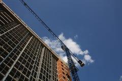 Grúa y edificio de construcción Fotografía de archivo libre de regalías