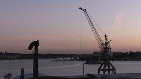 Grúa y embarcadero en puesta del sol almacen de metraje de vídeo