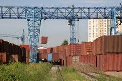 Grúa y envases ferroviarios Fotos de archivo libres de regalías