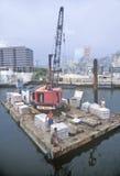 Grúa y pequeña gabarra, puerto de Miami, Miami, la Florida Imagen de archivo
