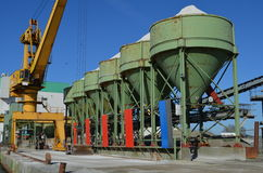 Grúa y silos de una planta de la grava en un embarcadero Imágenes de archivo libres de regalías