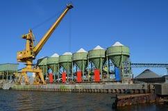 Grúa y silos de una planta de la grava en un embarcadero Foto de archivo libre de regalías