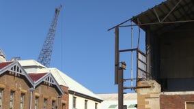 Grúa y tejado de la casa metrajes