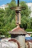 Grúa y tubos del grifo que controlan Primer redondo de la válvula del abastecimiento de agua de la manija Sistema de abastecimien Imágenes de archivo libres de regalías