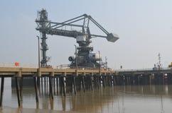 Grúas de área de embarque a lo largo del tilburí en Essex imagenes de archivo