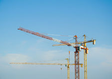 Grúas de construcción en el cielo del ble Fotografía de archivo libre de regalías