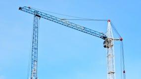 Grúas de construcción en un fondo del cielo azul Foto de archivo