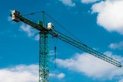 Grúas de construcción modernas sobre el cielo azul Imagenes de archivo
