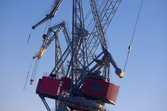 Grúas de la carga en el puerto de Helsinki's foto de archivo