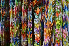 Grúas de la papiroflexia que cuelgan en Kyoto, Japón Fotos de archivo libres de regalías
