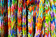 Grúas de la papiroflexia que cuelgan en Kyoto, Japón Foto de archivo libre de regalías