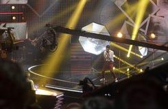 Grúas de las cámaras de televisión, proyectores del estudio de la etapa, demostración de la música Imagen de archivo libre de regalías