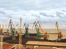 Grúas de muelle en un pequeño puerto marítimo imagen de archivo