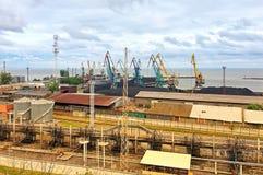 Grúas de muelle en un pequeño puerto marítimo imágenes de archivo libres de regalías
