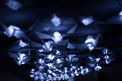 grúas de papel con las luces azules en ellas Imágenes de archivo libres de regalías