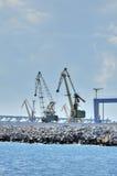 Grúas del cargo en puerto Fotos de archivo