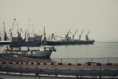 Grúas del cargo, puerto marítimo de Odessa foto de archivo