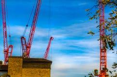 Grúas del edificio en trabajo Foto de archivo libre de regalías
