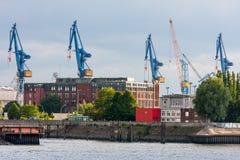 Grúas del puerto del panorama en Hamburgo Foto de archivo libre de regalías