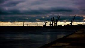 Grúas del puerto del río en la puesta del sol Tiempo-revestimientos almacen de metraje de vídeo