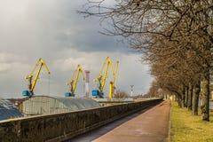 Grúas del puerto en el Vyborg en la primavera Imágenes de archivo libres de regalías