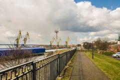Grúas del puerto en el Vyborg en la primavera Fotos de archivo libres de regalías