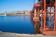 Grúas del río del estacionamiento Fotografía de archivo