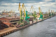 Grúas en el puerto del cargo de St Petersburg Foto de archivo libre de regalías