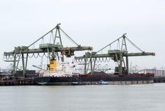 Grúas en el puerto para descargar la nave Fotos de archivo