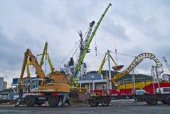 Grúas en la acción en el puerto del halden Imagenes de archivo