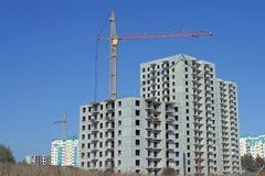 Grúas en la construcción de casas de varios pisos Imagen de archivo