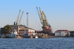 Grúas en puerto Imagen de archivo libre de regalías