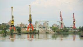 Grúas en puerto industrial Fotografía de archivo